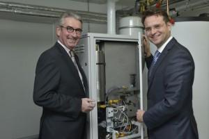 Sparkassenchef Peter Vaupel (links) und WSW-Vorstandsvorsitzender Andreas Feicht nahmen die Brennstoffzelle offiziell in Betrieb