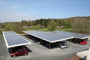 Der zweite Solar-Carport von Antaris Solar auf dem Firmengelände der Göde Gruppe in Waldaschaff bietet Platz für 56 PKWs (Foto: Göde Gruppe)