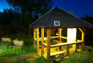 In Deutschland werden autarke Photovoltaik-Lösungen häufig in der Freizeit genutzt. In Gartenhäusern, auf Berghütten oder Booten sorgen sie für eine zuverlässige Beleuchtung und Energieversorgung – ganz ohne Stromnetz.