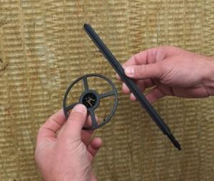Der neue Dämmhalter besteht aus zwei Einzelteilen, dem Schaft sowie einem separaten Tellerelement (Foto: EJOT)