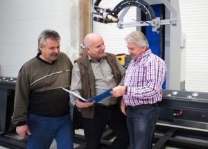 Schweißer Lothar Finger, Planungsingenieur Klaus Jacob und Geschäftsführer Egbert Petrick besprechen die Fertigung an der neuen CNC Rohrschneidemaschine (von links nach rechts)