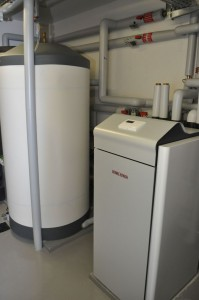 Eine Wärmepumpe macht unabhängig von fossilen Brennstoffen – hier die Erdreich-Wärmepumpe WPF von Stiebel Eltron. Einsetzbar in Neubauten und in bestehenden Gebäuden.