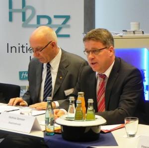 Im Rahmen einer Pressekonferenz stellte Mathias Samson, Staatssekretär im hessischen Wirtschaftsministerium, das neue Förderprogramm für Brennstoffzellen-Heizgeräte vor. Bauherren oder Sanierer können beim Einsatz dieses Gerätes einen Zuschuss von bis zu 17.500 Euro bekommen.