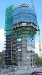 Energetisches Wahrzeichen: Der komplett eingerüstete Aquaturm in Radolfzell. Links der separate Versorgungsturm, der größtenteils schon wärmegedämmt ist (Foto: Ejot)