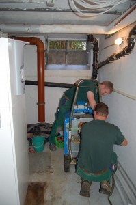 Umbau im Heizungskeller: Der alte Brenner fliegt raus, eine moderne Wärmepumpe von Stiebel Eltron, außen aufgestellt, übernimmt Heizung und Warmwasserbereitung. So gerüstet, kann der Winter kommen.