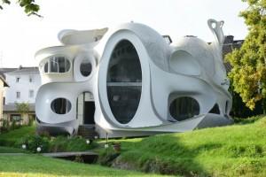 Die Architektur des Gebäudes wird von Rundungen bestimmt, die einem Kraken nachempfunden sind. Durch die sphärische Krümmung der Wände und Decken ist das Haus außerdem sehr stabil und verwindungssteif.