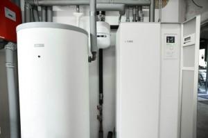 Die Kompakt-Wärmepumpe NIBE F1245 mit acht Kilowatt Wärmeleistung enthält einen 180 Liter Brauchwasserspeicher. Da die Heizleistung für das Gebäude deutlich unterhalb der Wärmepumpenleistung liegt, wurde ein 500 Liter Heizungspufferspeicher installiert, der so den Wärmepumpenbetrieb optimiert.