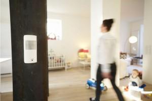 Einfach sicher leben: Der RWE SmartHome Bewegungsmelder steuert das Licht zu Hause und unterstützt den Einbruchschutz bei Abwesenheit