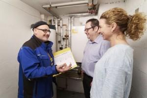 RWE Hauswärme: Der Heizungsbauer übergibt den Hausbesitzern die neue Heizungsanlage von RWE. (Foto RWE/Peterschröder)