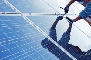 Installation einer Solarstromanlage (Foto: Fotolia)