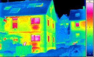 Wohnhaus mit großen Wärmeverlusten an den Fenstern (Foto: Zukunft Altbau)