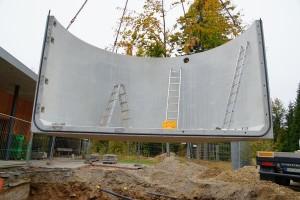 """Das neue Besucherzentrum """"Haus zur Wildnis"""" im Nationalpark Bayerischer Wald bekommt einen Pellet-Großbehälter von Mall. Die Fertigteile werden betriebsfertig geliefert und vor Ort montiert. (Mall GmbH)"""