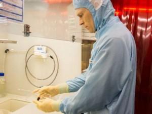 Forscher des ZSW mit CIGS-Solarzellen (Foto: ZSW)