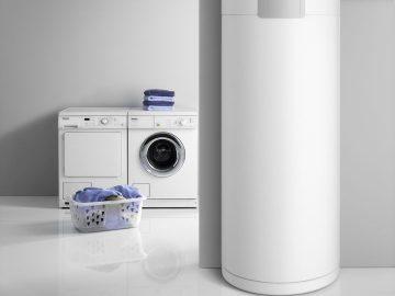 Bestens für die Erhöhung des Eigenverbrauchs von PV-Strom geeignet sind Geräte, die Strom dann nutzen, wenn er erzeugt wird, und sinnvoll in Form von Wärme speichern. Genau das leisten die Warmwasser-Wärmepumpen WWK electronic von Stiebel Eltron – effizient und wirtschaftlich.