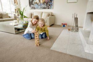 Werden Bodenbeläge fest auf den Untergrund geklebt, bleiben sie an ihrem Platz und über viele Jahre gut in Form. Gestalterisch können Materialien frei gemixt oder einheitlich durch mehrere Räume verlegt werden – ganz ohne störende Übergangsprofile.