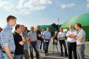 Rundgang mit BioConstruct Geschäftsführer Henrik Borgmeyer (rechts) und dem Fachverband Biogas