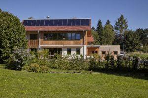 Mit 30 Quadratmetern Solarkollektoren kann die Familie über 60 Prozent ihres Wärmebedarfs solar decken. Mit einem Winkel von 60 Grad sind sie für die Wintersonne optimiert. Foto: Sonnenhaus-Institut / Petra Höglmeier