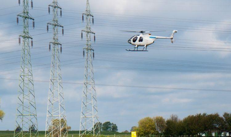 Helikopter befliegt 110-kV-Freileitungen