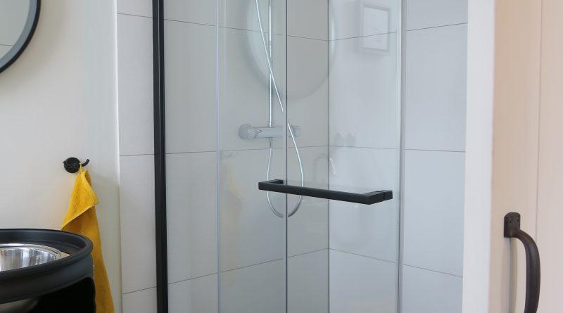 Attraktiv gestaltete Schiebetür für die Dusche