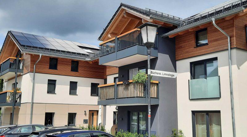 Altbau um energieeffizienten Neubau erweitert und zum Plus-Energie-Haus umgebaut