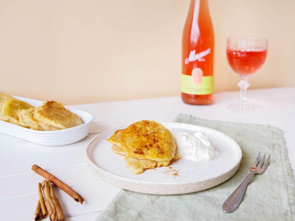 Mumm Spätburgunder Rosé und Apfelküchle mit Vanillesahne - Foto: Mumm